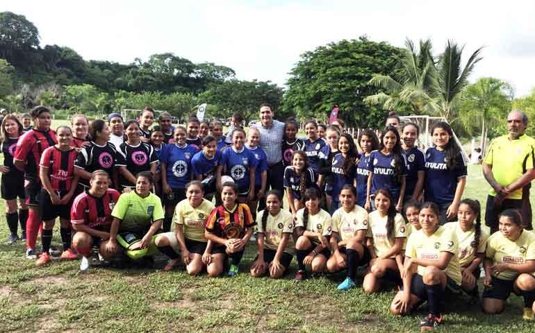 apadrina-santana-torneo-de-futbol-femenil-sayulita-2015