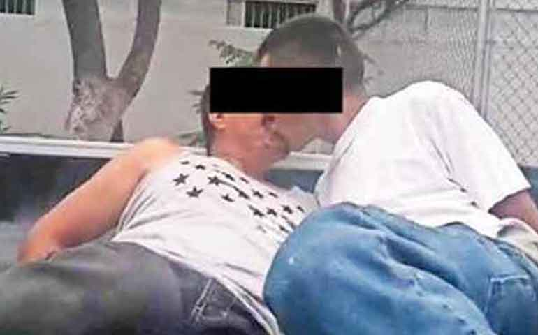 cesaran-a-policias-que-obligaron-a-detenidos-a-besarse