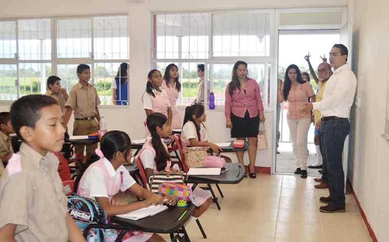 entrega-hector-santana-4-aulas-a-secundaria-de-jardines-del-sol