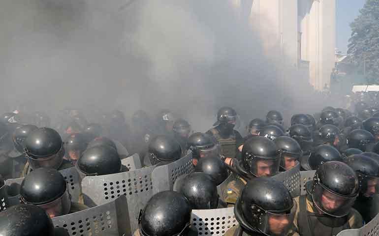 explota-granada-junto-al-parlamento-de-ucrania-un-muerto-y-decenas-de-heridos