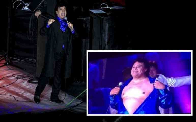juan-gabriel-se-pone-sexy-en-concierto-se-quito-la-camisa