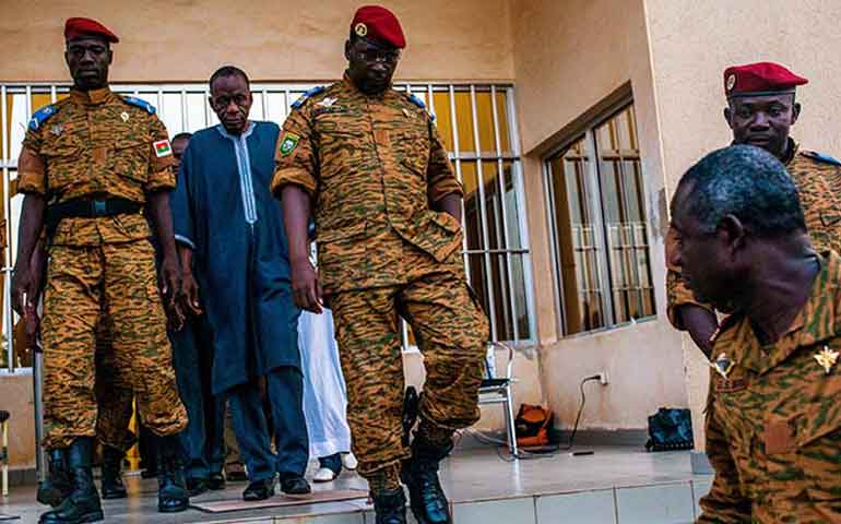 militares-dan-golpe-de-estado-en-burkina-faso-secuestran-a-presidente