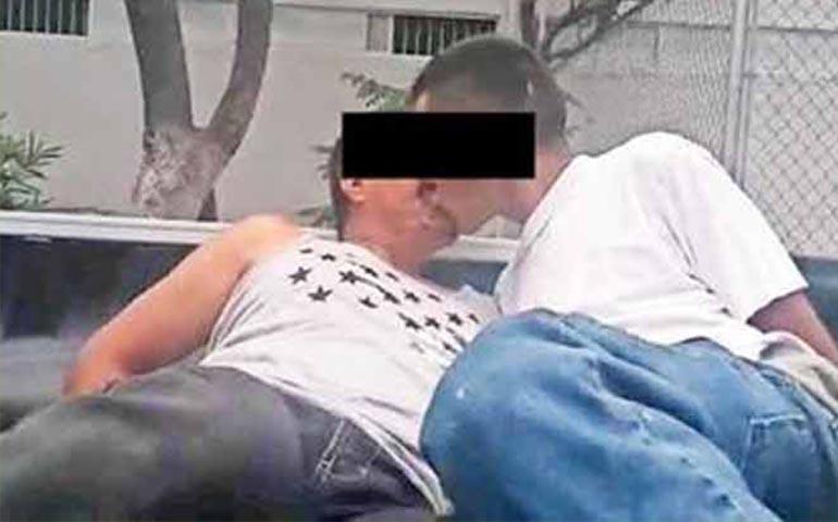 video-policias-los-obligan-a-besarse-con-tal-de-dejarlos-libres