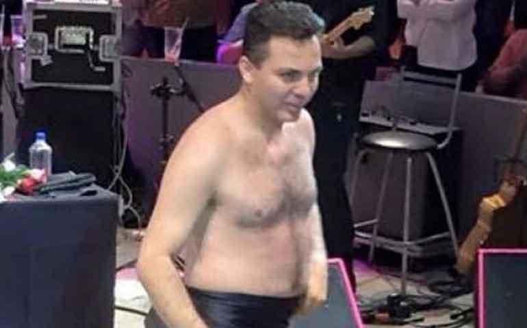 cristian-castro-pierde-el-pudor-y-se-desnuda-en-un-concierto