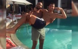 cristiano-ronaldo-causa-sensacion-con-foto-en-los-brazos-de-otro-hombre