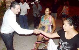 entrega-hector-santana-silla-de-ruedas-a-familia-de-punta-mita
