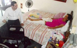 entrega-hector-santana-silla-ruedas-a-madre-de-familia-en-bucerias