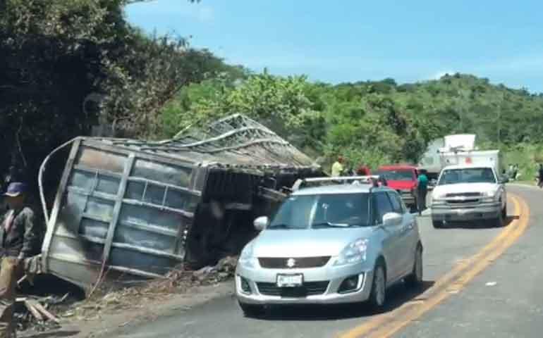 fuerte-accidente-carretero-deja-al-menos-un-muerto-y-varios-lesionados-en-santiago-ixcuintla