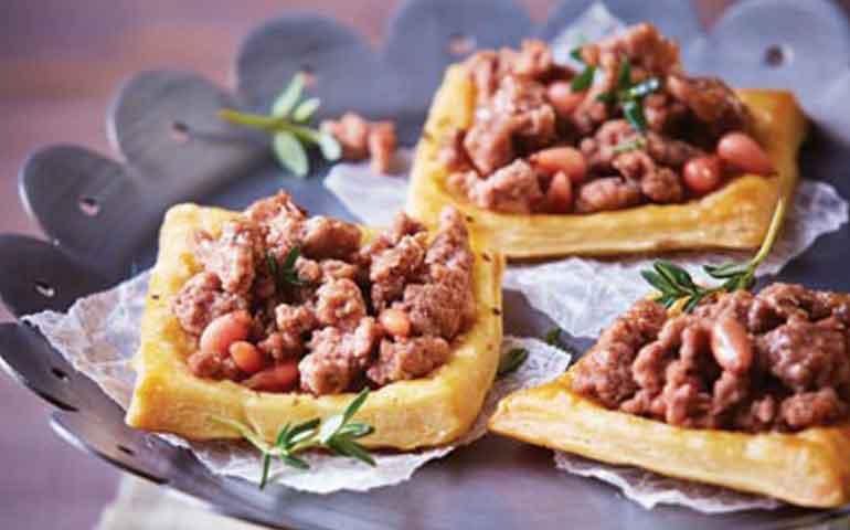minipizzas-de-hojaldre-de-carne-con-pinon