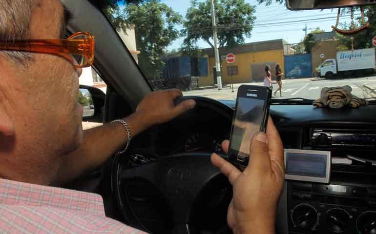 multaran-a-quien-use-celular-mientras-conducen