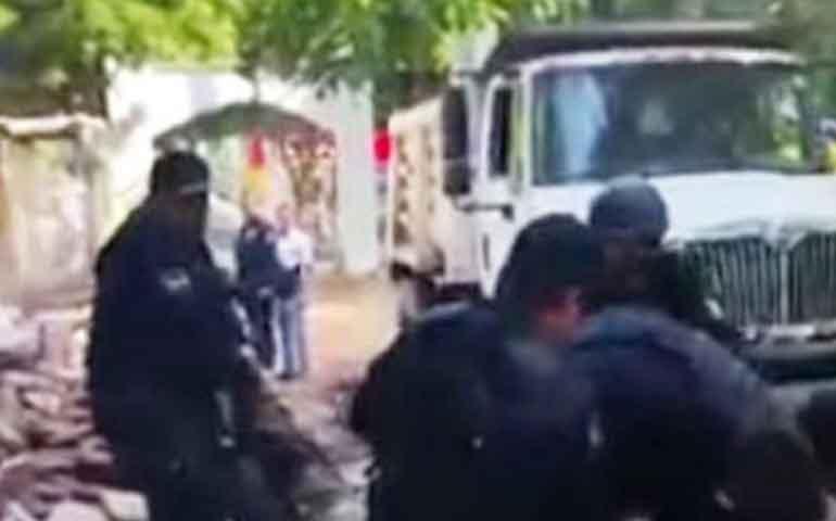 policias-arrastran-a-regidor-que-se-oponia-a-demolicion