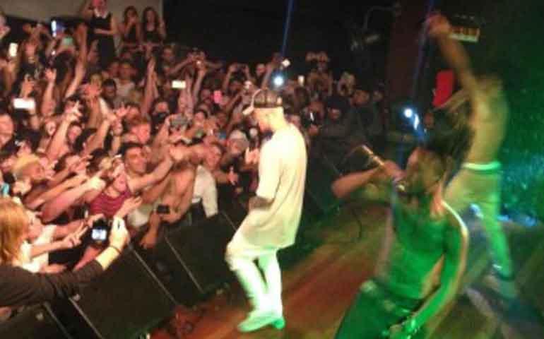 video-justin-bieber-da-tremendo-show-en-nueva-zelanda-fumo-marihuana-en-pleno-escenario