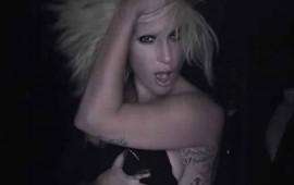 video-lady-gaga-se-desnuda-en-plena-pasarela-de-modas