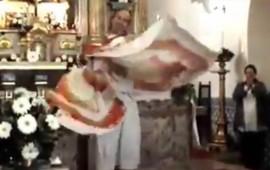 captan-a-sacerdote-bailando-en-plena-misa-y-lo-llaman-ladypadre