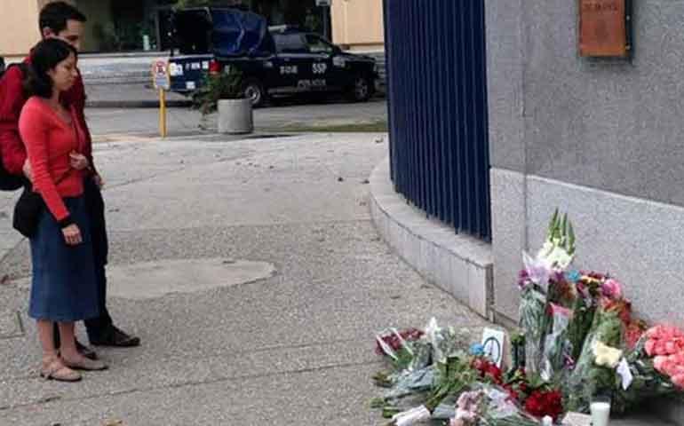 depositan-flores-y-velas-en-embajada-de-francia
