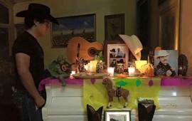julian-figueroa-hizo-original-altar-de-dia-de-muertos-para-su-padre-joan-sebastian