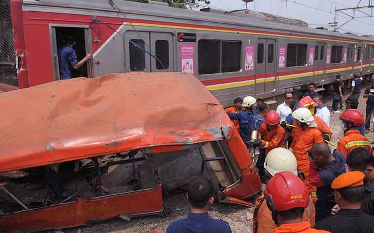 al-menos-16-muertos-por-choque-entre-tren-y-autobus-en-indonesia