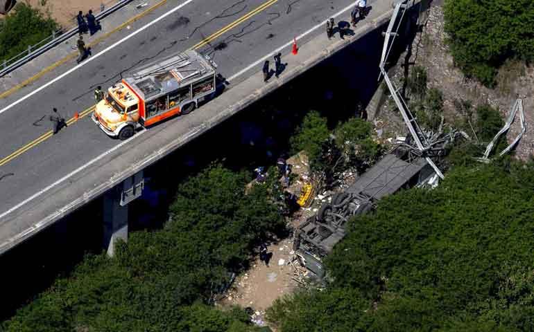 suman-43-muertos-por-caida-de-autobus-en-argentina