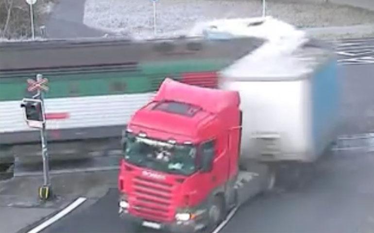 trailer-es-partido-a-la-mitad-por-intentar-ganarle-al-tren