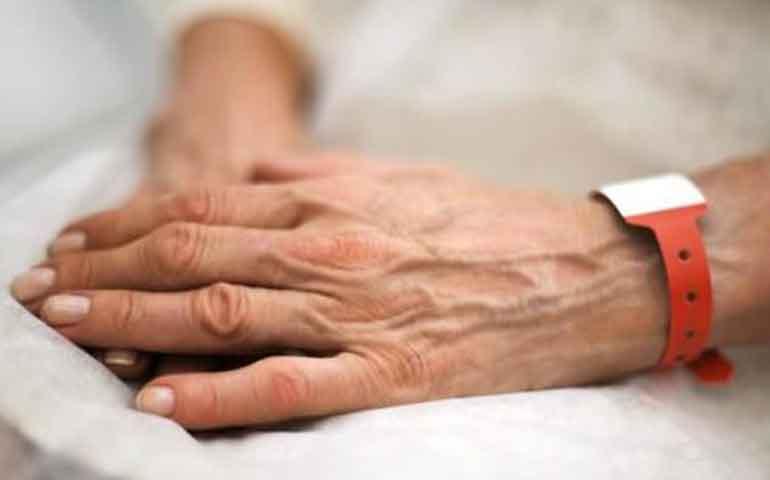 adulto-mayor-mata-de-un-balazo-a-enfermera-que-lo-atendia-y-se-suicida