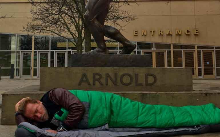 arnold-schwarzenegger-se-despoja-de-su-riqueza-para-vivir-como-indigente