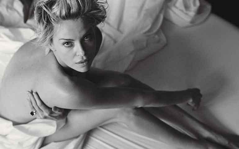 charlize-theron-se-desnuda-para-la-revista-w
