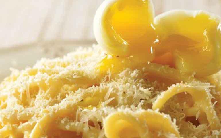 espagueti-con-huevo-de-codorniz-y-parmesano