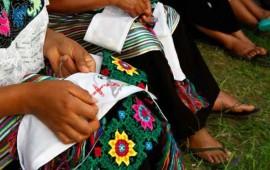 indigenas-chiapanecas-bordan-atuendo-del-papa
