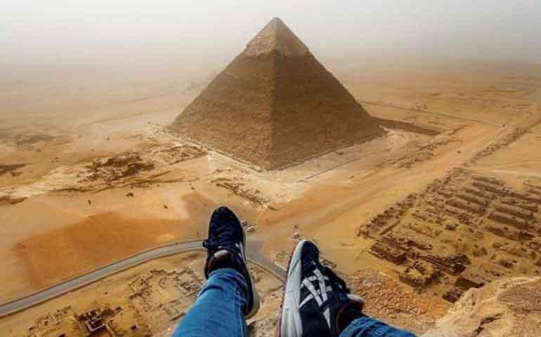joven-se-vuelve-famoso-por-escalar-ilegalmente-la-gran-piramide-de-guiza