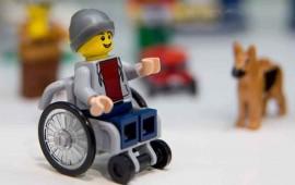 lego-presenta-una-nueva-figura-que-va-en-silla-de-ruedas