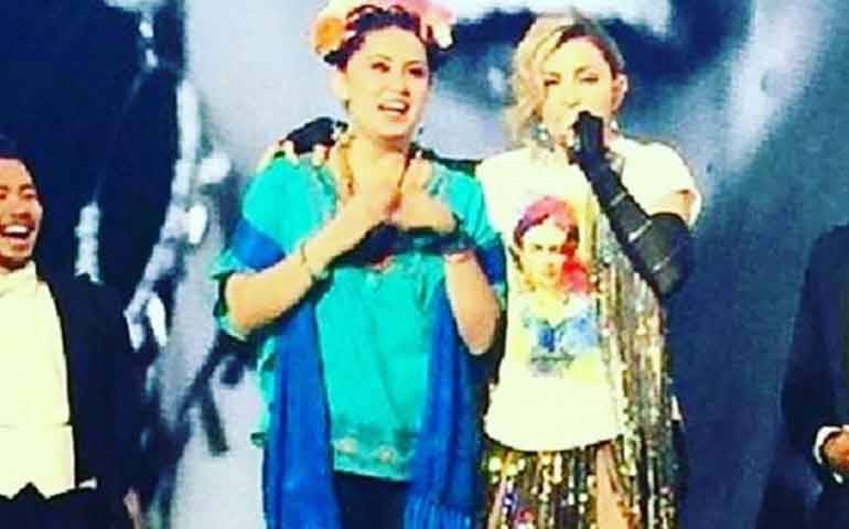 madonna-rindio-homenaje-en-pleno-show-a-frida-kahlo