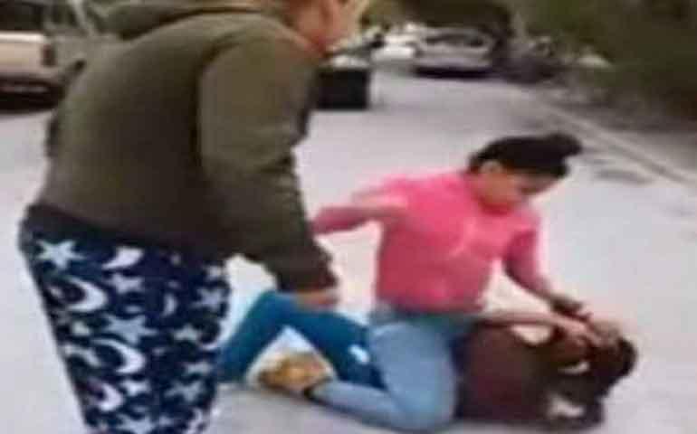 madres-alientan-a-dos-adolescentes-a-pelear-brutalmente