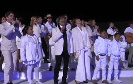 artistas-y-ninos-cantan-al-obispo-de-roma-en-el-hangar-presidencial