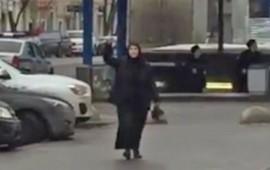 mujer-camina-con-cabeza-decapitada-de-una-nina-en-moscu