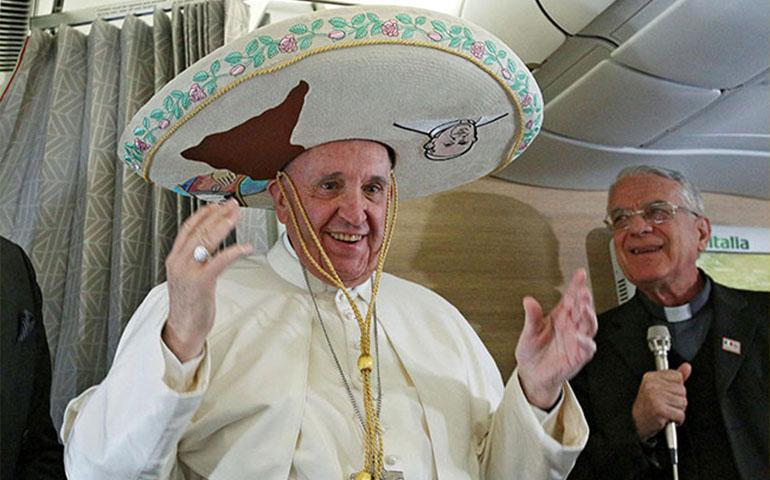 papa-francisco-recibe-regalos-de-camino-a-mexico