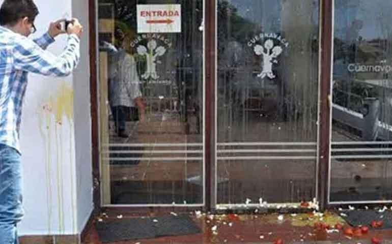 a-huevazos-protestan-en-alcaldia-al-temo-por-incumplido