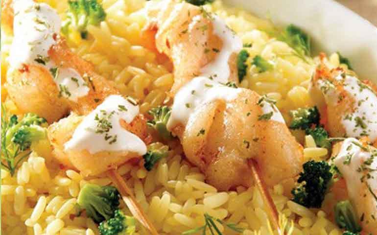 arroz-con-brocoli-brochetas-de-pescado-y-su-salsa