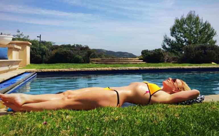 britney-spears-recibe-la-primavera-con-bikini-y-photoshop