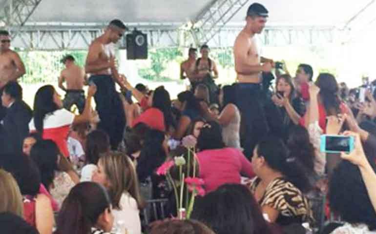 celebran-con-strippers-a-policias