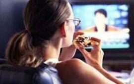 cuales-son-las-consecuencias-de-comer-frente-al-televisor