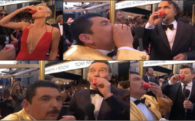 mexicano-da-shots-de-tequila-a-inarritu-y-charlize-theron-en-los-oscar