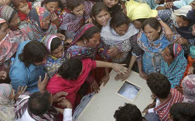 pakistan-despide-a-victimas-y-arresta-a-50-sospechosos-del-atentado