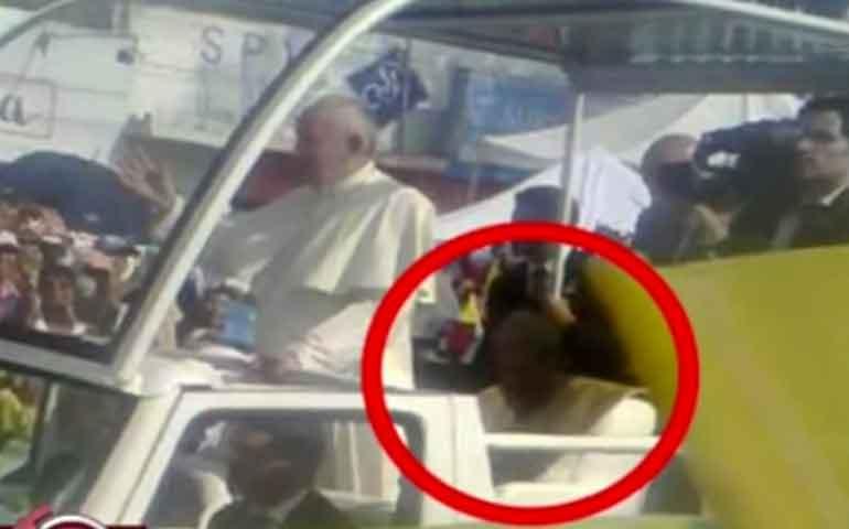 papa-francisco-en-mexico-estuvo-acompanad-por-fantasma-de-juan-pablo-ii