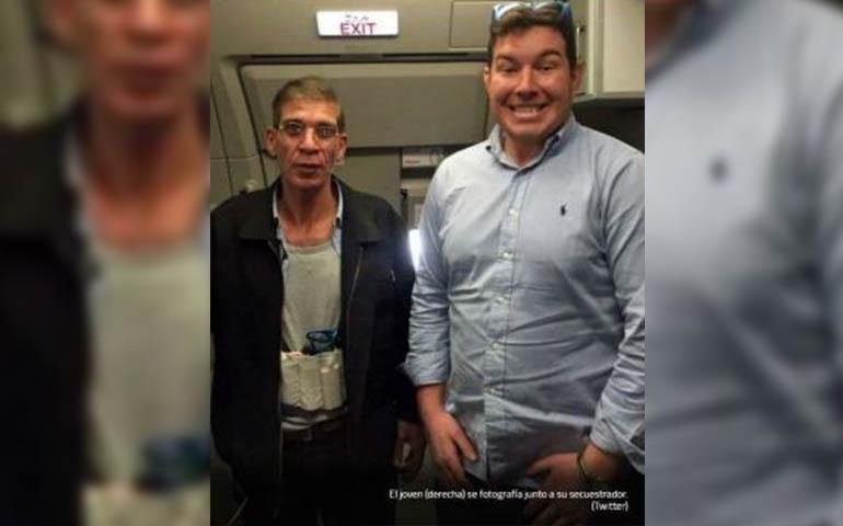 pasajero-se-toma-foto-con-secuestrador-del-avion-de-egyptair