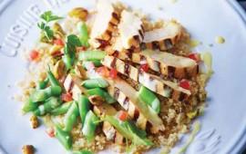 Pollo asado con pistache sobre quinoa