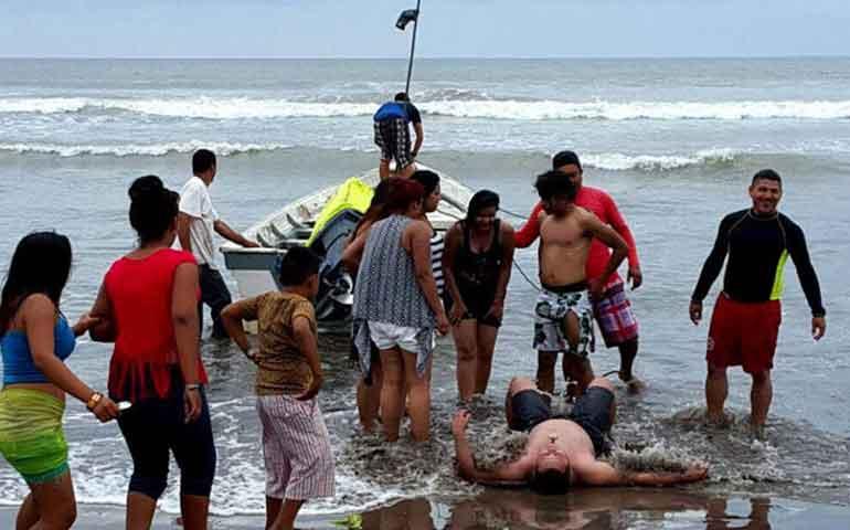 rescatan-a-tres-jovenes-de-morir-ahogados-en-santiago-ixcuintla