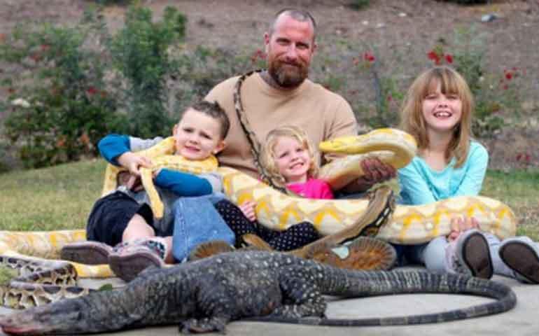 una-familia-que-convive-con-una-serpiente-piton-y-reptiles-en-casa