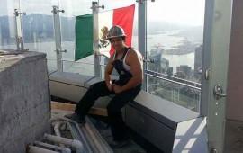 obrero-coloca-bandera-de-mexico-en-la-torre-trump