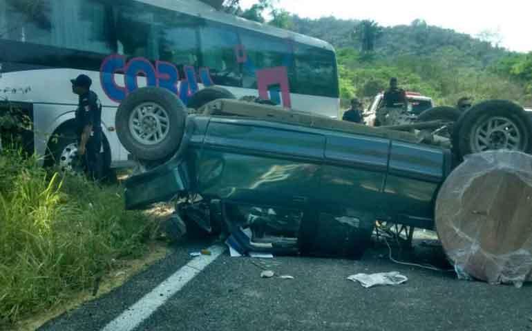 camioneta-se-estrella-de-frente-a-camion-pasajero-hay-un-muerto