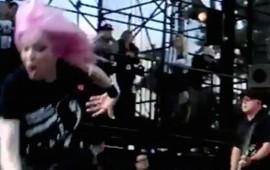 cantante-del-grupo-garbage-se-cae-del-escenario-en-pleno-show